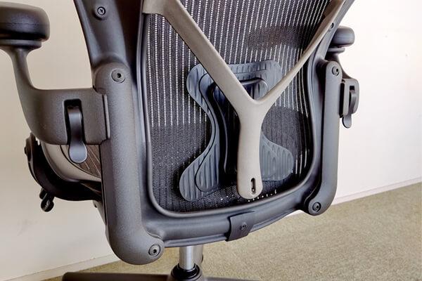 アーロンチェアの理想的な背骨のS字カーブにして姿勢が良くなるポスチャーフィット