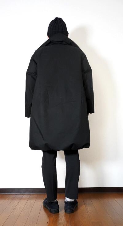 ユニクロ+Jのハイブリッドダウンコート(ウィメンズ)の着用イメージ 後ろ