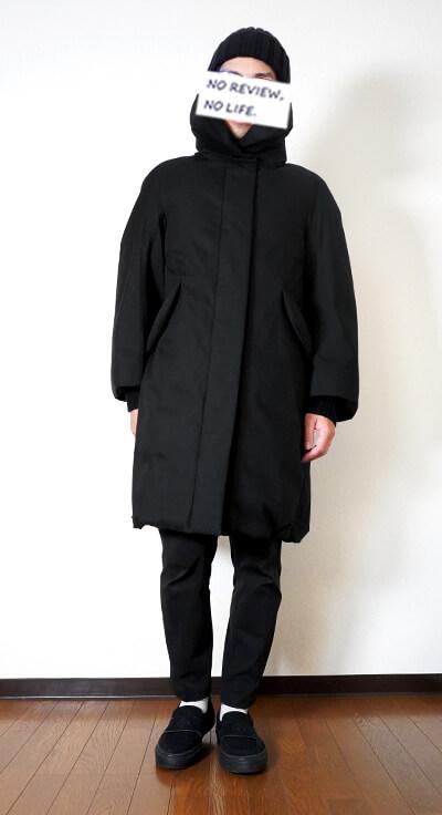 ユニクロ+Jのハイブリッドダウンコート(ウィメンズ)の着用イメージ ジップ閉じた状態